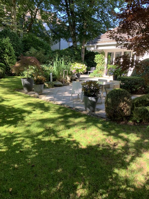 Wohnen im Münchner Süden!  Exklusives Haus im Haus in moderner Wohnanlage mit Garten und Teich